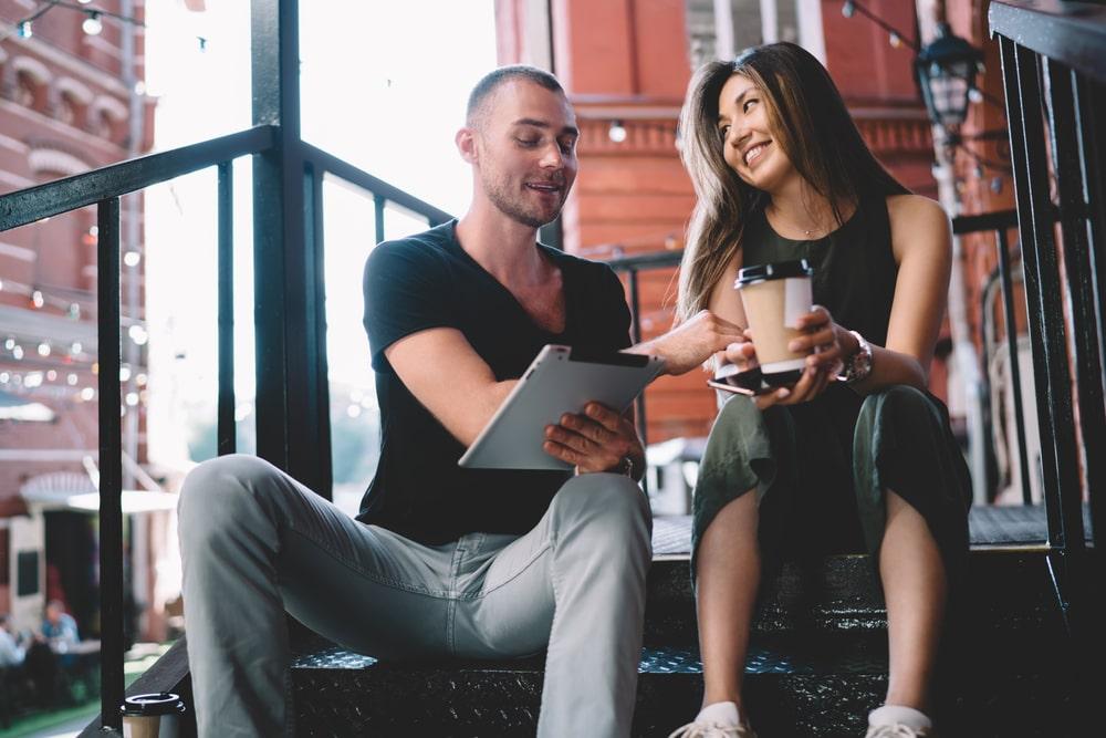 мужчина и девушка - модели видеочата