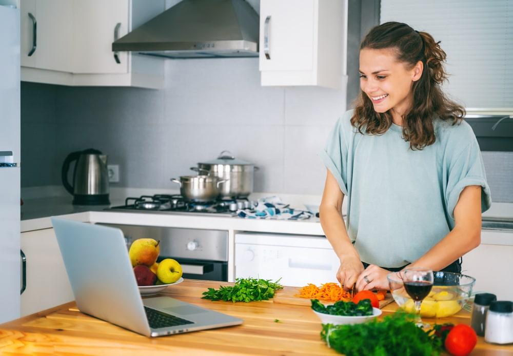 модель ведет трансляцию с кухни